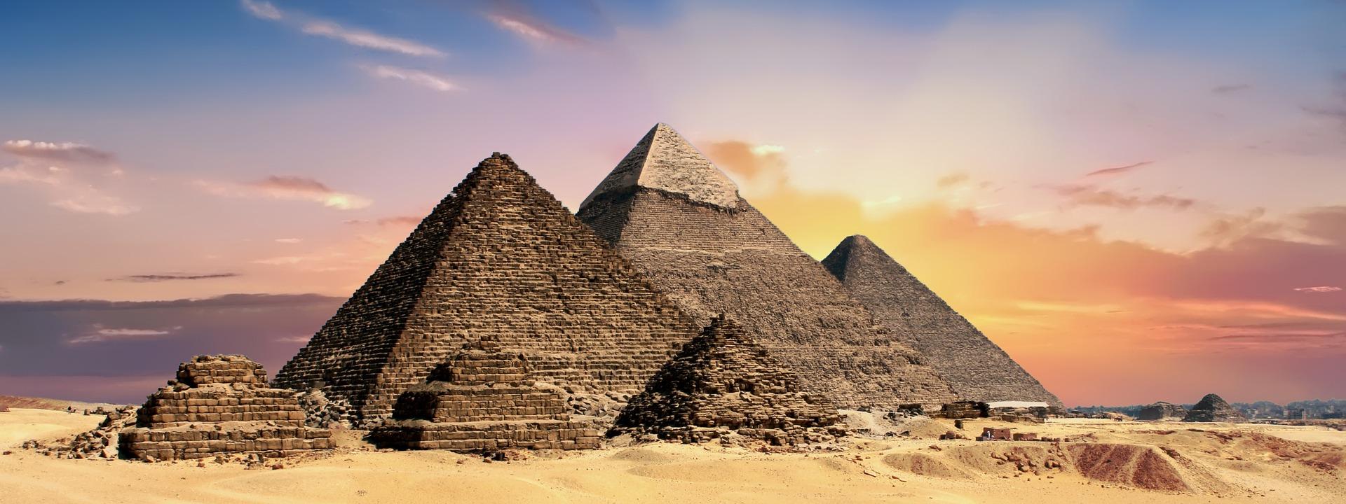 pyramids-2371501_1920.jpg